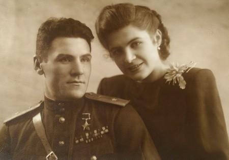 Азгам Валеев легендарный летчик с супругой